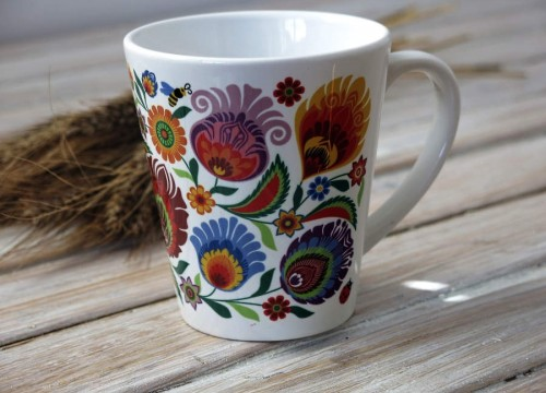 A mug - flowers (cone-shaped)