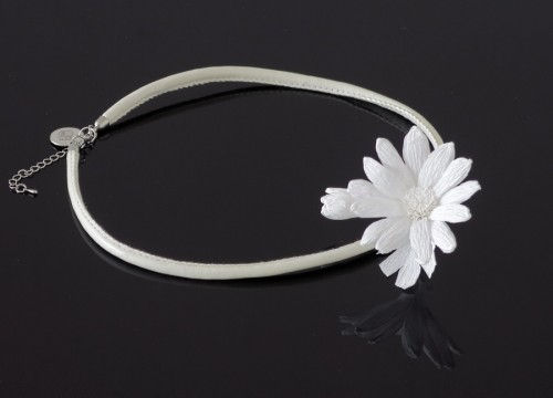 Daisy necklace (circle)  - mono collection