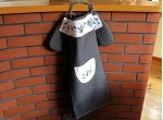 An apron and gloves - a tulip and two daisies