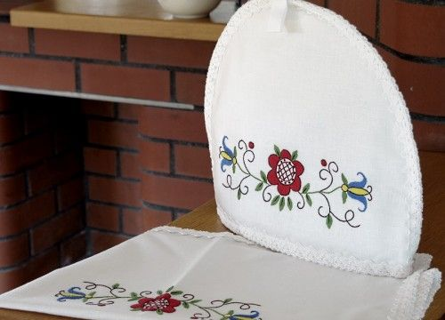 Teapot lining and a serviette - a red flower