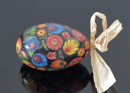 Decorated egg with big Lowicz  flowers (created on a goose eggshell)