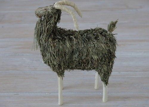 Une chèvre en foin