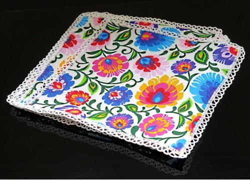 Un ensemble de serviettes Łowicz décorées de dentelle au crochet