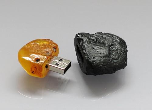 Pamięć USB 16 GB oprawiona w węgiel kamienny i bursztyn bałtycki