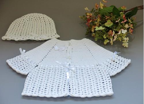 Komplet dla dziewczynki - sweterek - pelerynka i czapeczka